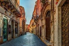 Παλαιά οδός σε Taormina, Σικελία, Ιταλία Στοκ εικόνα με δικαίωμα ελεύθερης χρήσης