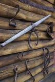 Παλαιά οξυδωμένα αγροτικά εργαλεία που κρεμούν στον ξύλινο τοίχο Στοκ Φωτογραφία