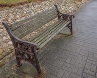 Παλαιά οξυδωμένος και κτυπημένος καιρός καρέκλα ή πάγκος που έχουν γδυθεί από τον αέρα και τη βροχή στοκ φωτογραφία