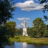 Παλαιά Ορθόδοξη Εκκλησία πετρών στις όχθεις του ποταμού στη Ρωσία Στοκ εικόνα με δικαίωμα ελεύθερης χρήσης