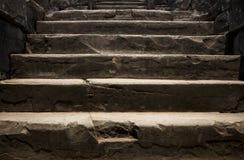 παλαιά πέτρα σκαλών Αρχαίο εσωτερικό ναών αρχαία πέτρα σκαλοπατιών Ιστορική φωτογραφία έννοιας περιοχών Στοκ φωτογραφίες με δικαίωμα ελεύθερης χρήσης