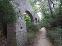 Παλαιά πέτρα aquaduct στο δενδρολογικό κήπο Trsteno, Κροατία Στοκ Εικόνες