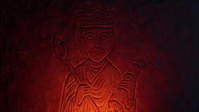 Παλαιά πέτρινη γλυπτική ενός βασιλιά στην πυράκτωση πυρκαγιάς απόθεμα βίντεο