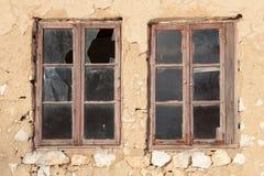 Παλαιά παράθυρα με τα σπασμένα πλακάκια στον τοίχο ενός παλαιού κτηρίου στοκ φωτογραφία με δικαίωμα ελεύθερης χρήσης