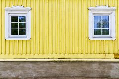 Παλαιά παράθυρα σε έναν τοίχο Στοκ φωτογραφία με δικαίωμα ελεύθερης χρήσης