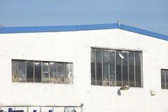 Παλαιά παράθυρα σε μια παλαιά κλίμακα εργοστασίων Στοκ εικόνα με δικαίωμα ελεύθερης χρήσης
