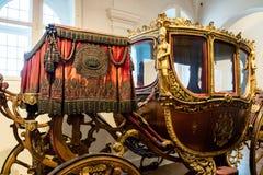Παλαιά περίκομψη επιχρυσωμένη βασιλική λεωφορείο ή μεταφορά στοκ φωτογραφίες