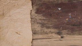 Παλαιά περγαμηνή στο ξύλινο υπόβαθρο Στοκ φωτογραφίες με δικαίωμα ελεύθερης χρήσης