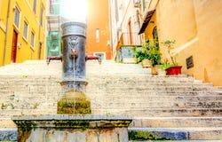 Παλαιά πηγή χυτοσιδήρου μπροστά από μια αρχαία σκάλα στη Ρώμη Στοκ εικόνα με δικαίωμα ελεύθερης χρήσης