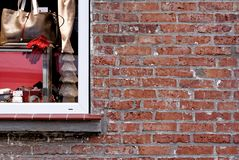 Παλαιά πλινθοδομή φιαγμένη από κόκκινα ξεπερασμένα τούβλα δίπλα σε ένα μεγάλο παράθυρο Στοκ φωτογραφία με δικαίωμα ελεύθερης χρήσης