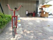 Παλαιά ποδήλατα για τα παιδιά για να παίξουν και να ασκήσουν Στοκ Εικόνες