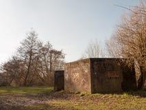 Παλαιά πολεμικά χαρακτηρισμένα αποθήκη γκράφιτι κανένα παλαιό αναδρομικό εγκαταλειμμένο φράγμα ανθρώπων Στοκ φωτογραφία με δικαίωμα ελεύθερης χρήσης