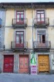 Παλαιά πορτογαλική αρχιτεκτονική: Παλαιές ζωηρόχρωμες πόρτες, πρόσοψη και γραφές - Πορτογαλία στοκ εικόνα