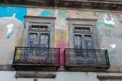 Παλαιά πορτογαλική αρχιτεκτονική: Παλαιά παράθυρα και ζωηρόχρωμος τοίχος - Πορτογαλία Στοκ φωτογραφία με δικαίωμα ελεύθερης χρήσης