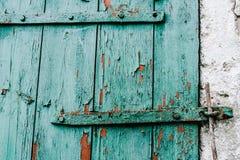 Παλαιά πράσινη ξύλινη πόρτα μερών σε έναν άσπρο τοίχο μπάρμαν ραγισμένος η σιταποθήκη αντέχει τον ιστορικό τοποθετημένο lakeshore στοκ φωτογραφία με δικαίωμα ελεύθερης χρήσης