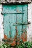 Παλαιά πράσινη ξύλινη πόρτα σε έναν άσπρο τοίχο μπάρμαν ραγισμένος Η πόρτα τ στοκ εικόνες