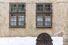 Παλαιά πρόσοψη με δύο παράθυρα Στοκ φωτογραφία με δικαίωμα ελεύθερης χρήσης