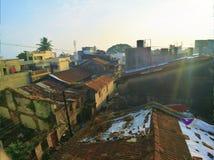 Παλαιά πρότυπα σπίτια στην αυξανόμενη πόλη στοκ εικόνες