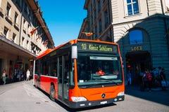 Παλαιά πόλη της Βέρνης και δημόσιο λεωφορείο στην Ελβετία Στοκ Φωτογραφία