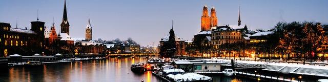 Παλαιά πόλη της Ζυρίχης, Ελβετία, που τοποθετείται στον ποταμό Limmat Στοκ Εικόνα