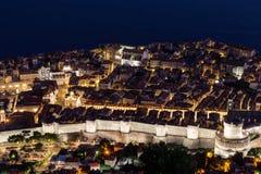 Παλαιά πόλη Dubrovnik ` s που αντιμετωπίζεται άνωθεν στο σούρουπο Στοκ Εικόνα