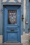 Παλαιά πόρτα ενός παραδοσιακού σπιτιού στο μεσαιωνικό χωριό Beaumont EN Auge στη Νορμανδία Γαλλία Στοκ εικόνες με δικαίωμα ελεύθερης χρήσης