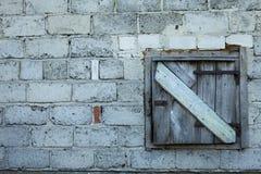 Παλαιά πόρτα σιταποθηκών που κλείνουν με την ξύλινη πόρτα σκουριάς Στοκ Φωτογραφίες