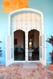 Παλαιά πόρτα στο αποικιακό σπίτι Στοκ εικόνα με δικαίωμα ελεύθερης χρήσης