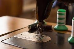 Παλαιά ράβοντας μηχανή στο εγχώριο εργαστήριο Στοκ Εικόνα
