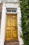 Παλαιά ραγισμένη και ξεπερασμένη πόρτα Στοκ φωτογραφία με δικαίωμα ελεύθερης χρήσης