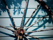παλαιά ρόδα βαγονιών εμπορευμάτων ξύλινη Στοκ Εικόνες