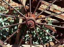 Παλαιά ρόδα βαγονιών εμπορευμάτων σιδήρου στοκ εικόνα