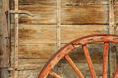 παλαιά ρόδα βαγονιών εμπορ στοκ εικόνα