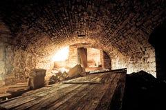 Παλαιά σήραγγα τούβλου με το ξύλο και τούβλο στο έδαφος Στοκ φωτογραφίες με δικαίωμα ελεύθερης χρήσης