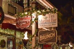 Παλαιά σημάδια φραγμών ξενοδοχείων και Martini τη νύχτα στην ιστορική ακτή της Φλώριδας στοκ εικόνες