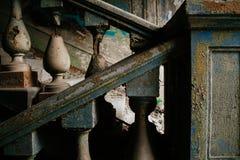 Παλαιά σκάλα με τις στήλες των διαφορετικών χρωμάτων στοκ εικόνες με δικαίωμα ελεύθερης χρήσης