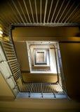 Παλαιά σκάλα με το χρώμα αποφλοίωσης που αντιμετωπίζεται από κάτω από στοκ φωτογραφία