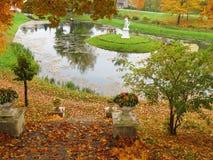 Παλαιά σκαλοπάτια και γλυπτό στο παλαιό πάρκο το φθινόπωρο, Λιθουανία στοκ φωτογραφία με δικαίωμα ελεύθερης χρήσης