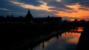 Παλαιά σκιαγραφία κάστρων στο ηλιοβασίλεμα timelapse Τα σύννεφα βραδιού κινούνται γρήγορα μακριά απόθεμα βίντεο
