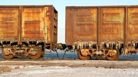 Παλαιά σκουριασμένα βαγόνια εμπορευμάτων τραίνων με τους σταλακτίτες του άλατος στη λίμνη Baskunchak φιλμ μικρού μήκους