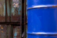 Παλαιά σκουριασμένα μπλε τύμπανα στοκ φωτογραφίες