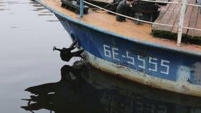 Παλαιά σκουριασμένα πανιά σκαφών στον ποταμό απόθεμα βίντεο