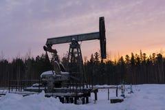 Παλαιά σκουριασμένη αντλία πετρελαίου το χιονώδη χειμώνα στοκ φωτογραφία με δικαίωμα ελεύθερης χρήσης