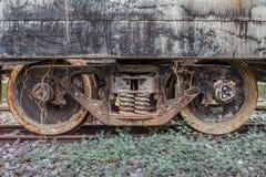 Παλαιά σκουριασμένη ρόδα ραγών στις διαδρομές σιδηροδρόμου στοκ εικόνες