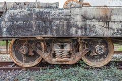Παλαιά σκουριασμένη ρόδα ραγών στις διαδρομές σιδηροδρόμου στοκ εικόνα
