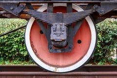 Παλαιά σκουριασμένη ρόδα του αυτοκινήτου σιδηροδρόμων Στοκ Εικόνες