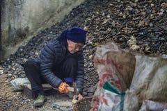 Παλαιά σπάζοντας πέτρα ατόμων Στοκ Φωτογραφίες