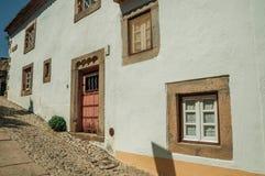 Παλαιά σπίτια με τον ασπρισμένο τοίχο σε μια αλέα Marvao στοκ φωτογραφίες με δικαίωμα ελεύθερης χρήσης