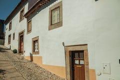 Παλαιά σπίτια με τον ασπρισμένο τοίχο σε μια αλέα Marvao στοκ εικόνα με δικαίωμα ελεύθερης χρήσης