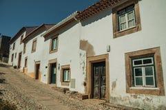Παλαιά σπίτια με τον ασπρισμένο τοίχο σε μια αλέα Marvao στοκ εικόνες με δικαίωμα ελεύθερης χρήσης